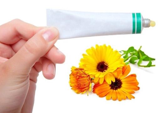 Мазь календули і вітамін А для шкіри п'ят: рецепти і ефективність