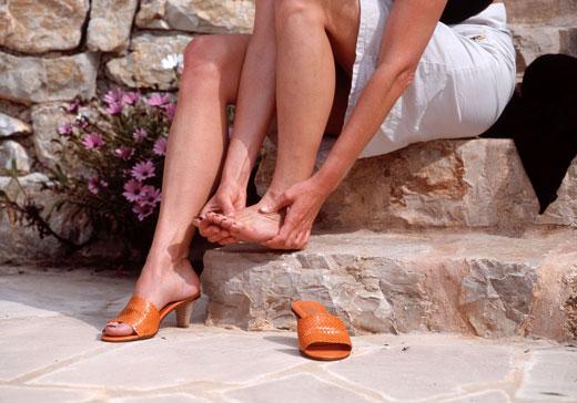 Що робити, якщо взуття натирає ногу і як її розносити