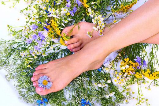 Огляд народних засобів від пітливості і запаху ніг: рецепти та поради